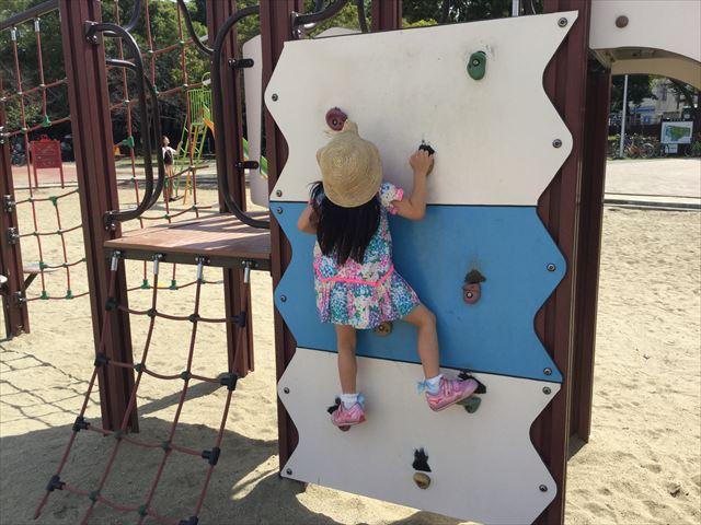 住之江公園のアスレチック遊具で遊ぶ娘、ボルダリング