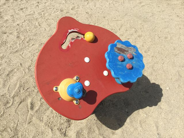 住之江公園の小さい子供向け遊具「車のハンドル」