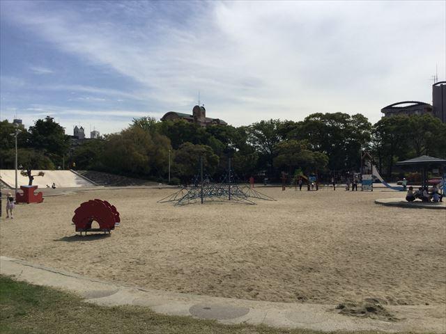 住之江公園の遊具が砂場の上にある様子