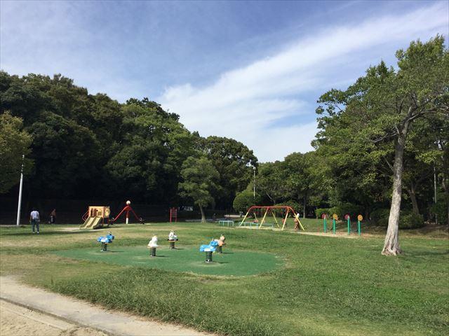 「住之江公園」の小さな子供向け遊具と芝生