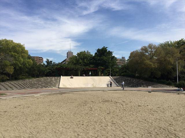 住之江公園の石の滑り台