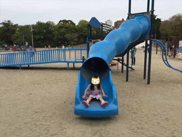 住之江公園のチューブ型滑り台を滑る娘