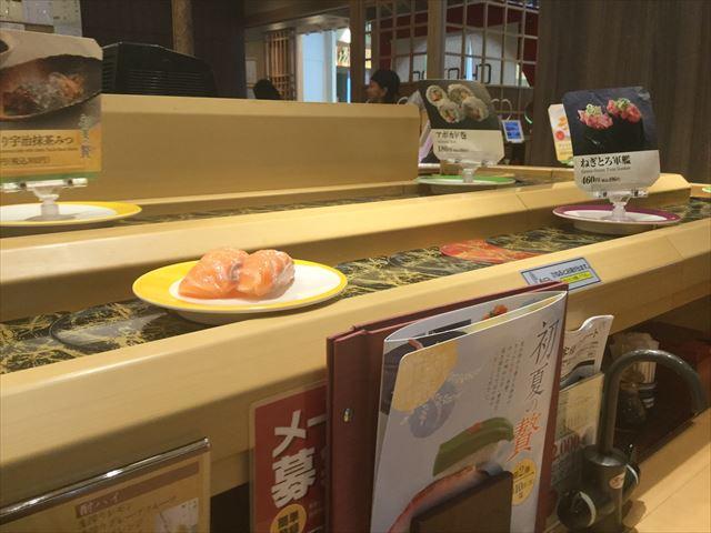 上本町YUFURA「廻転寿司CHOJIRO」のテーブル席から見えるカウンター