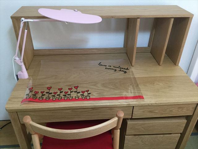 アクタスキッズの学習机、蛍光灯とデスクマット