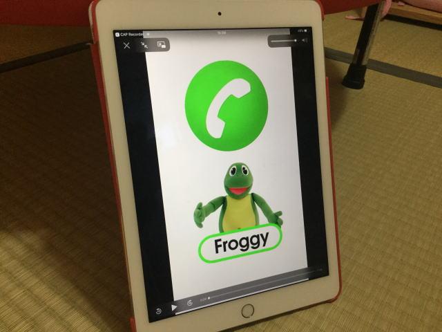 e-Pocket「Face Call」フロギーが動画で登場し英語の歌を歌っている様子