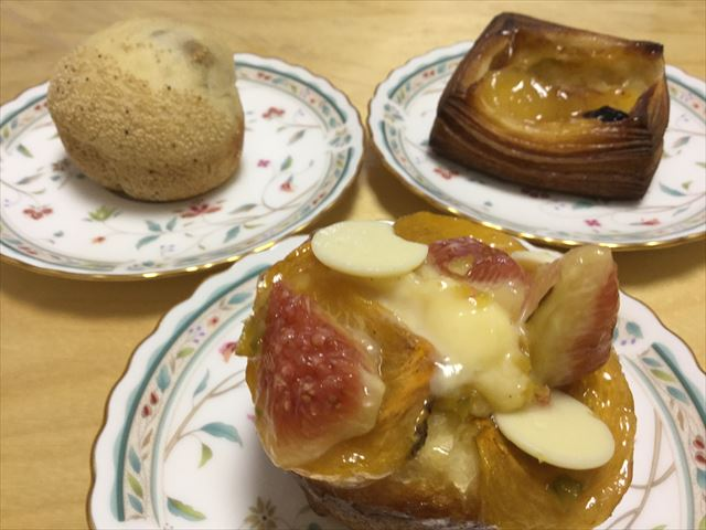 パン屋「gout(グウ)」森ノ宮店、いちじくのパン、ごまパン、リンゴのデニッシュ