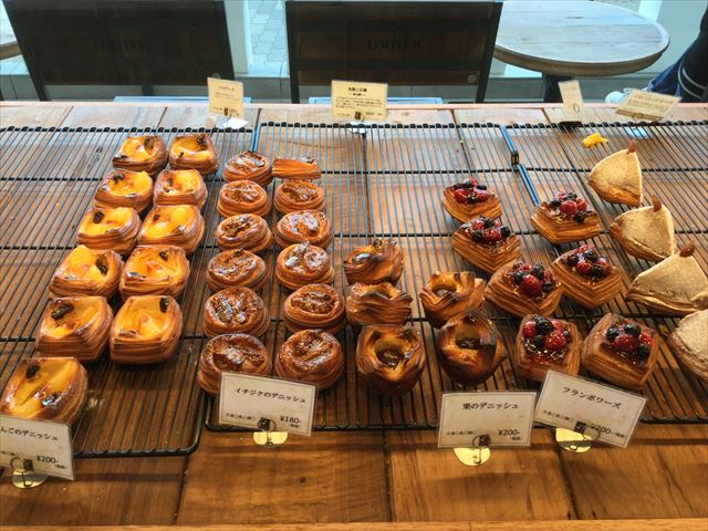 パン屋「gout(グウ)」森ノ宮店の店内、ケーキのようなパンも揃っている