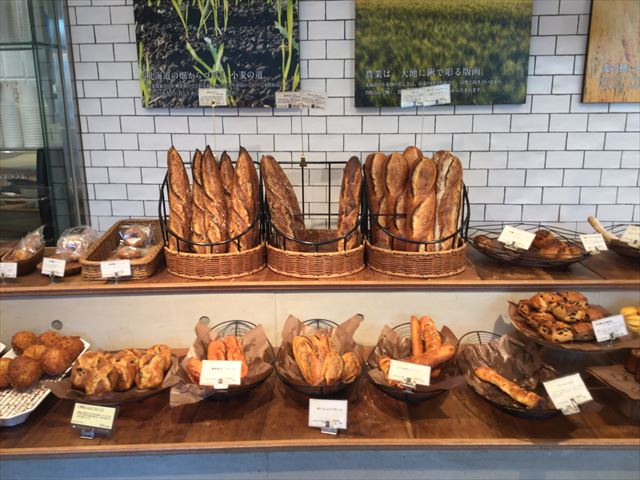パン屋「gout(グウ)」森ノ宮店の店内、バゲットなどのパンが並ぶ