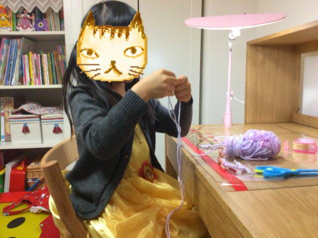 学習机に座っている子供