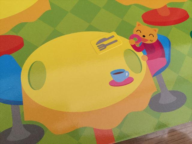 ダイソー「知育シールブック」おいしいもの、テーブルにナイフとフォークのシールを貼った様子
