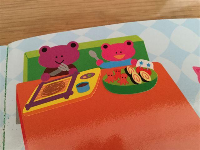 ダイソー「知育シールブック」おいしいもの、テーブルに食べ物のシールを貼った様子