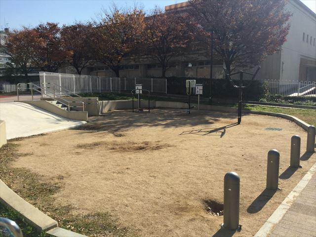 ハーバーランド公園の砂場とストレッチ器具