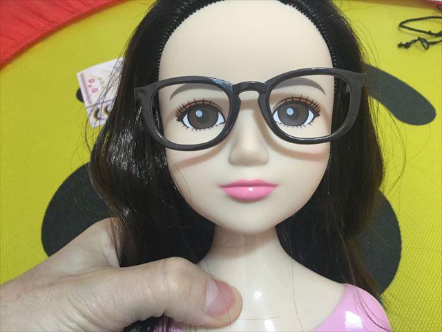 「ヘアメイクアーティスト・ショコラブラック」眼鏡をかけさせた様子