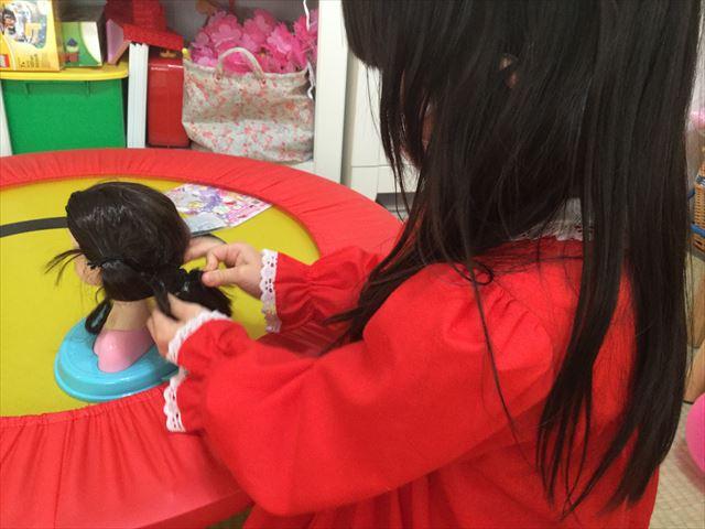 「ヘアメイクアーティスト・ショコラブラック」で髪型をアレンジしている娘