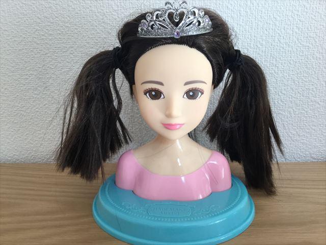 「ヘアメイクアーティスト・ショコラブラック」ティアラをつけてツインにした髪型
