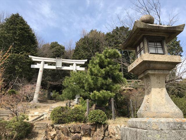 天王山「酒解神社」の鳥居と灯篭