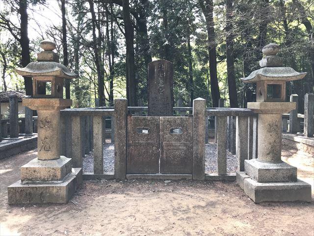 天王山「十七烈士の墓」