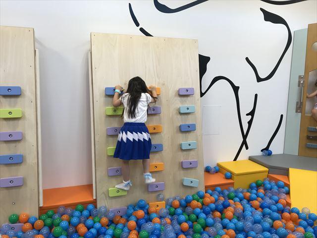 「ボーネルンドプレイヴィル大阪城公園」ボルダリングで遊ぶ娘