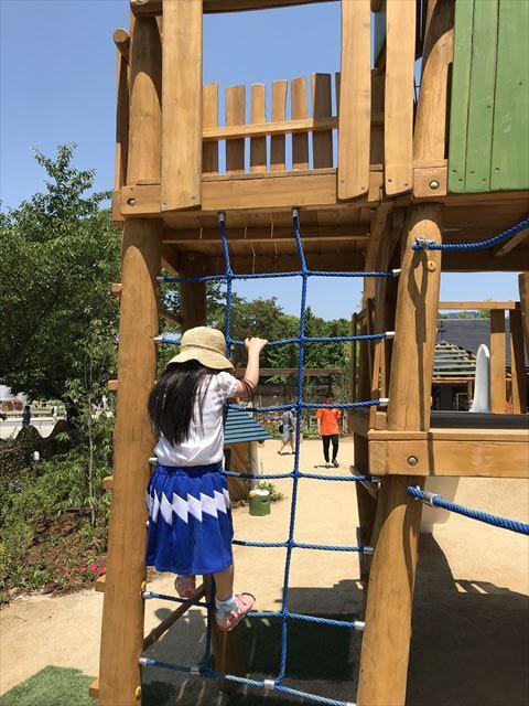 「ボーネルンドプレイヴィル大阪城公園」縄を登っていく複合滑り台