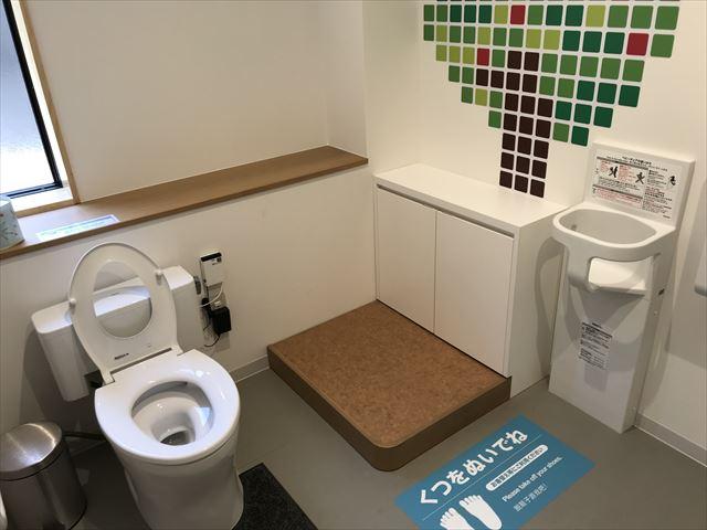「ボーネルンドプレイヴィル大阪城公園」多目的トイレ、キッズトイレもあり