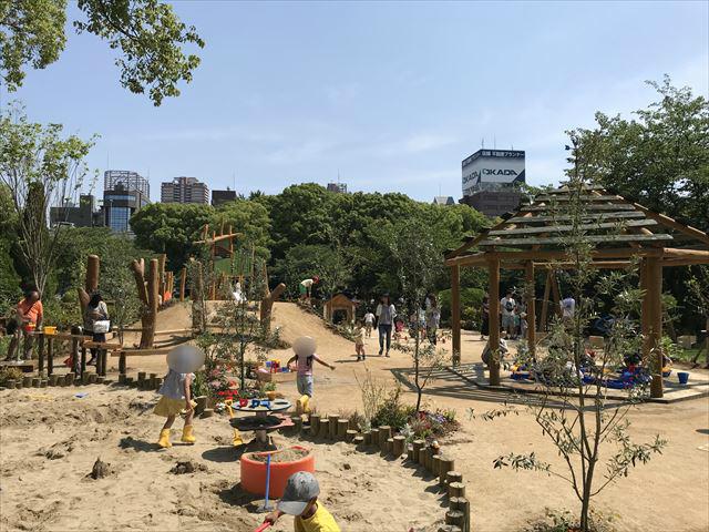 「ボーネルンドプレイヴィル大阪城公園」屋外エリア。手前は砂場