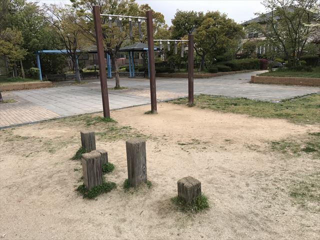 六甲アイランド「向洋町中六丁目公園」丸太渡り