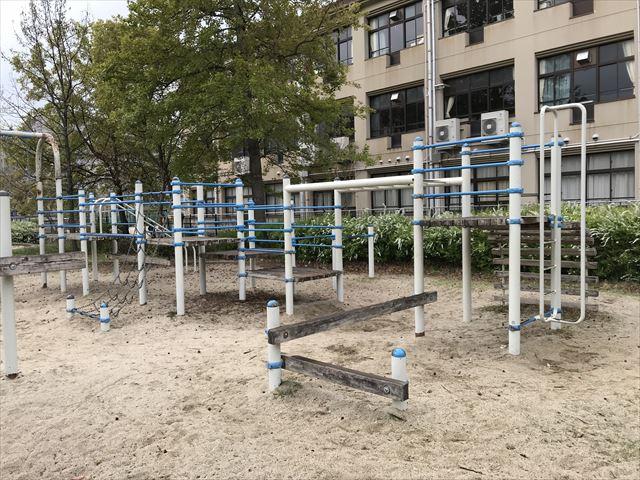 六甲アイランド「向洋西公園」ミニアスレチック、平均台とはしご