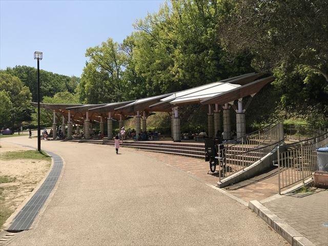 錦織公園「水辺の里」屋根付きベンチ