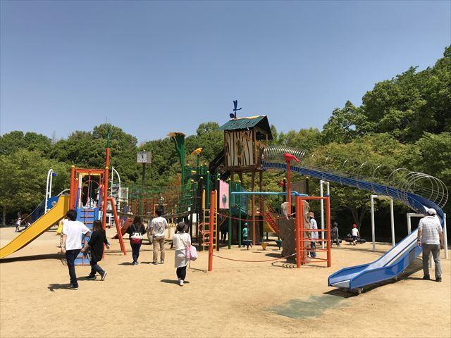 錦織公園「水辺の里」アスレチック型大型複合遊具、全体の様子