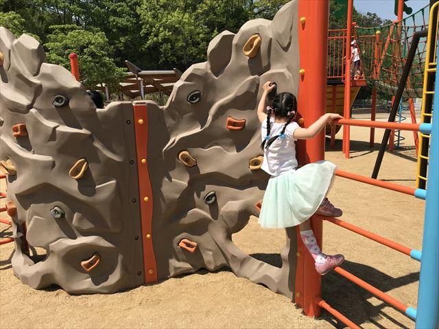 錦織公園「水辺の里」アスレチック型大型複合遊具、ボルダリング