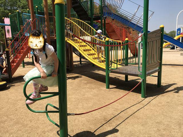 錦織公園「水辺の里」アスレチック型大型複合遊具、縄を持って移動する遊具