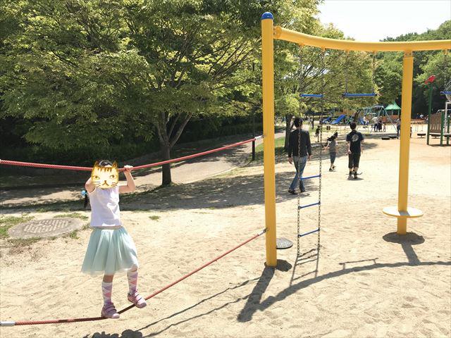 錦織公園「水辺の里」にある「水辺のちゃぷちゃぷダンス」という遊具、ロープを持って横に移動する