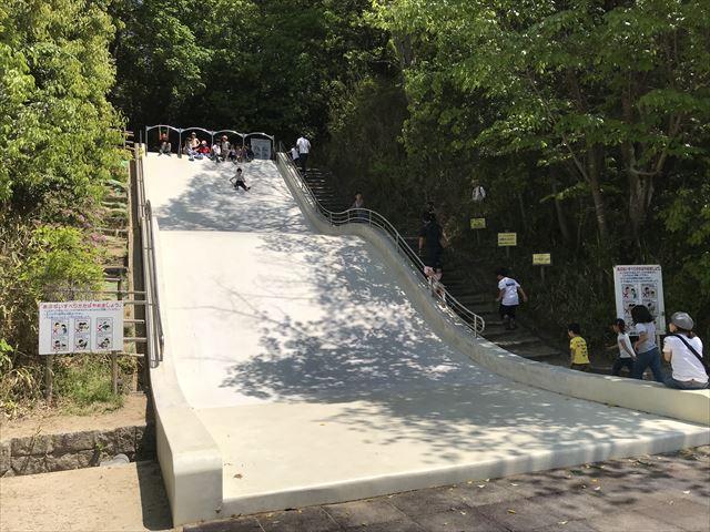 錦織公園「水辺の里」石の滑り台