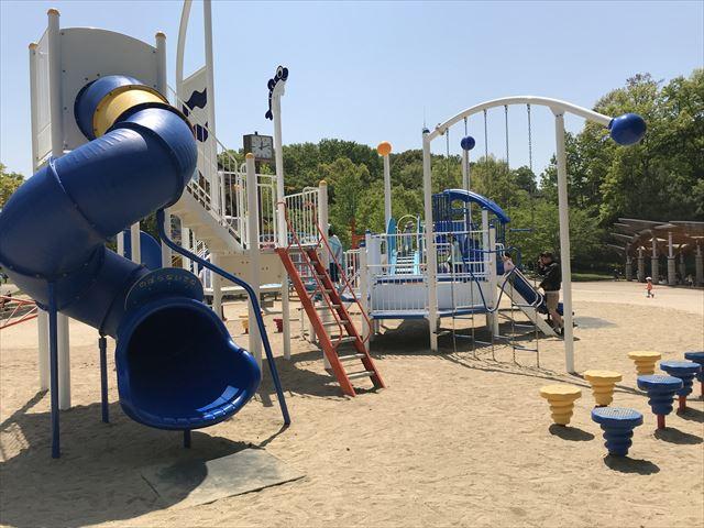 錦織公園「水辺の里」にある「水辺のちゃぷちゃぷダンス」という遊具、回転チューブ型滑り台