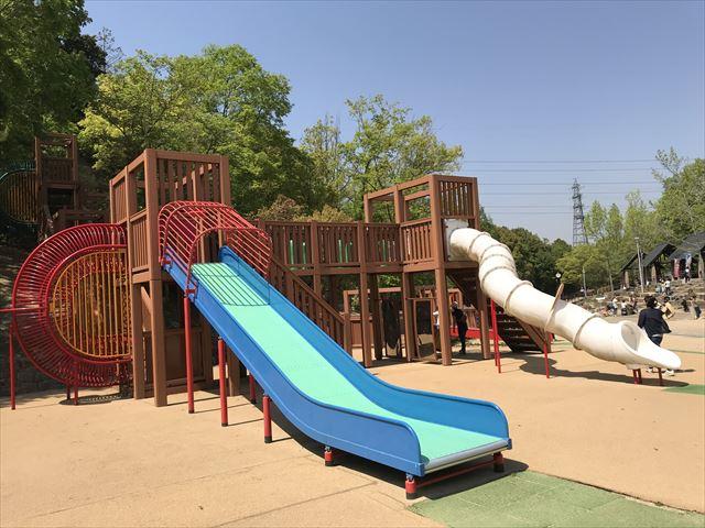 錦織公園「やんちゃの里」の「やんちゃの砦」の滑り台2つ