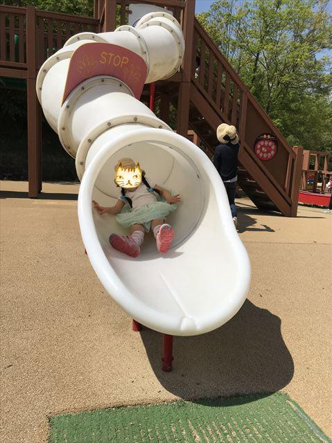 錦織公園「やんちゃの里」の「やんちゃの砦」のチューブ型滑り台