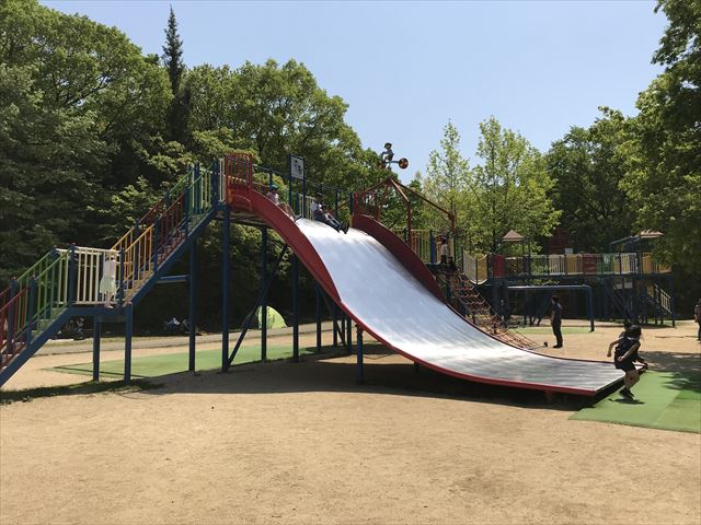 錦織公園「やんちゃの里」の「ちびっこ砦」大型滑り台