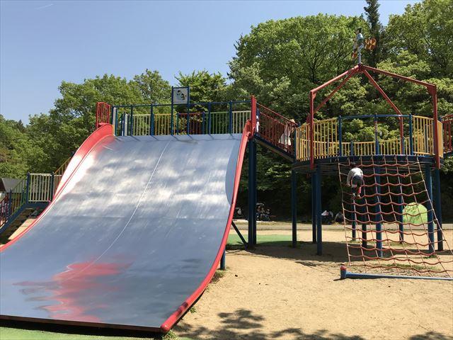 錦織公園「やんちゃの里」の「ちびっこ砦」大型滑り台と縄はしご