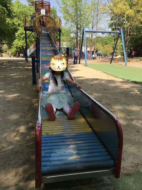 錦織公園「やんちゃの里」の「ちびっこ砦」ローラー滑り台を滑る娘
