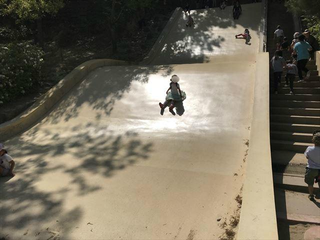 錦織公園「やんちゃの里」石の滑り台