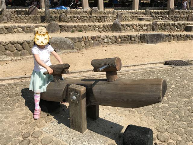 錦織公園「やんちゃの里」木製シーソー