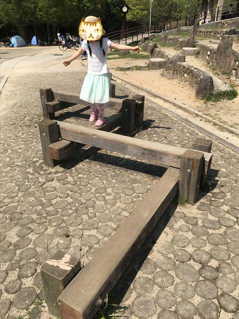 錦織公園「やんちゃの里」木製平均台