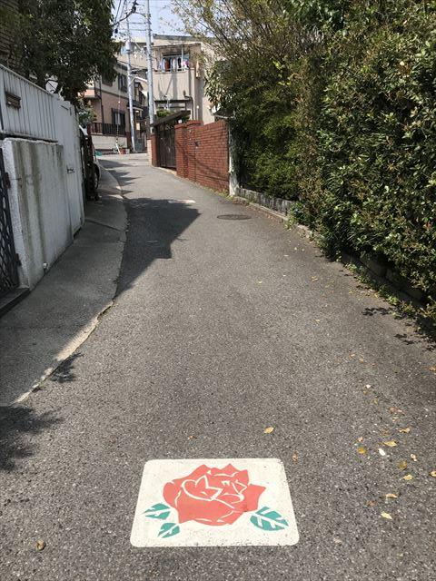 山陽電鉄「月見山駅」から「バラの小径」を歩いている様子