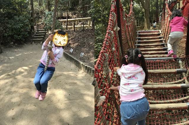 須磨海浜公園のアスレチック、綱を持って移動、木の橋を登る