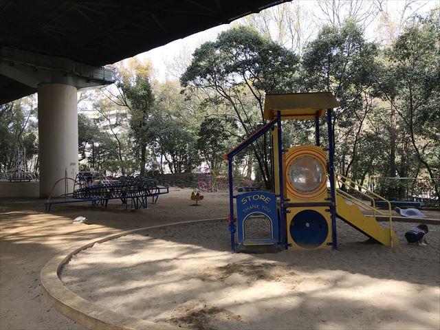 須磨離宮公園「児童公園」、滑り台と飛行機のジャングルジム、砂場