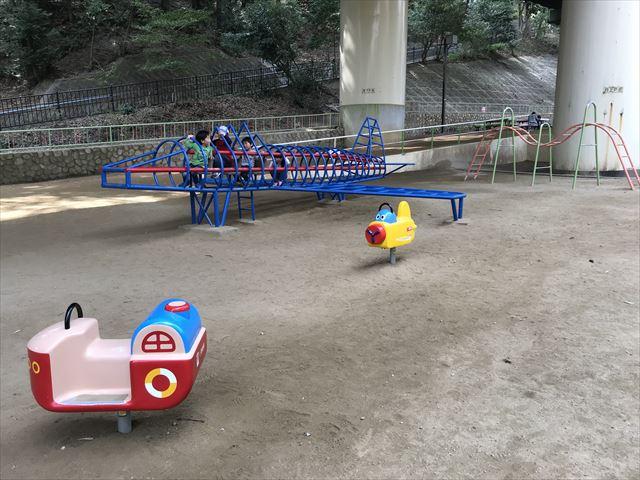 須磨離宮公園「児童公園」、飛行機の形をしたジャングルジムと乗り物