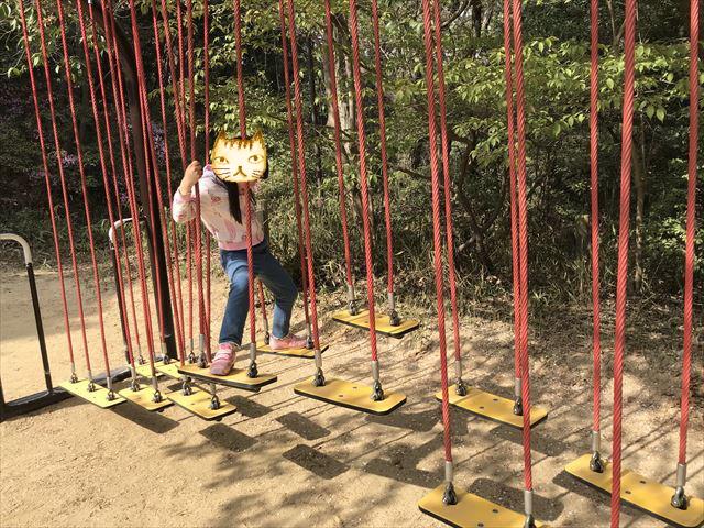 須磨離宮公園のアスレチック、下の橋が動く遊具