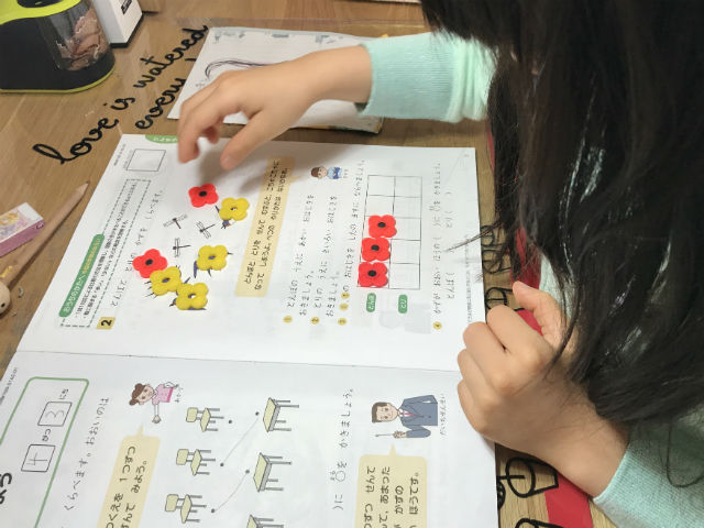 「Z会小学生コース(小1)」お試し教材、算数多い方を見つける問題(発展問題)おはじきを並べている様子