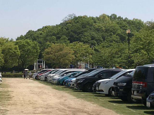錦織公園の北臨時駐車場から見える「水辺の里」の遊具