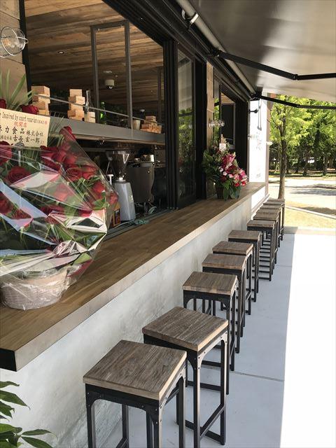 パン屋「R Baker大阪城公園店」入口に座って食べられるエリア